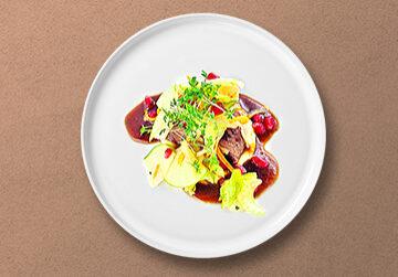 Beef Short Rib auf Selleriepüree mit BBQ Jus und Apfel-Sellerie Salat