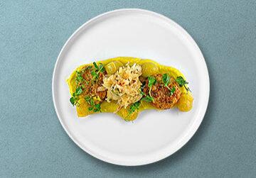 Crab Cakes auf Blumenkohl-Curry Püree mit Süß-Sauren Tomaten & thailändischen Krautsalat