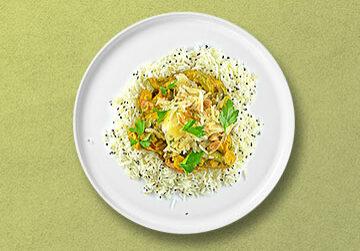 Gelbes Thai-Curry mit Duftreis und thailändischen Krautsalat