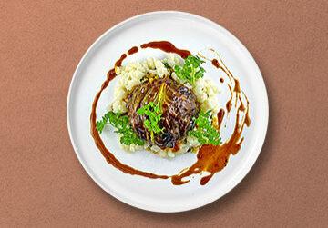 Kalbsbulette im Spitzkohlmantel auf roten Linsen mit Blumenkohl-Reis und Portweinjus