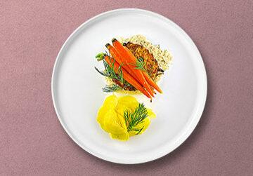 Kartoffel-Karotten Puffer auf Rahm-Sauerkraut und glasierten Mini Möhren & Salat von gelber Beete