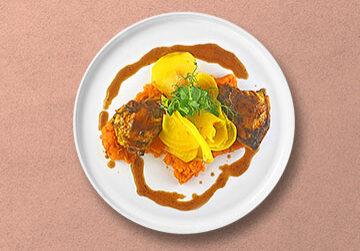 Limetten-Maishähnchenbrust mit Limonen-Jus auf Süßkartoffelpüree & Salat von gelber Beete