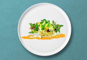 Skandinavisch mariniertes Seezungenfilet, Petersilienwurzel Salat und Püree und gegrillte PaprikaRouille