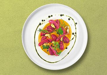 Rote Beete Gnocchis in Kürbis-Safran Sauce mit gerösteten Cashewkerne, Kräutern & Ringelbete Salat