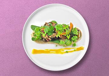 Salat von confierten Waldpilzen auf Maronenpüree mit Feldsalat und Zitronenreduktion