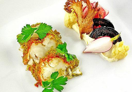 Hummer im Kräutermantel mit Blumenkohl und schwarzen Walnüssen