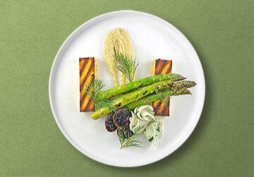 Gegrillte Polenta mit Shiitake Pilzen, Spargel und Rübchen Salat auf Artischockencreme